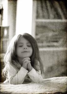 photo-little girl praying